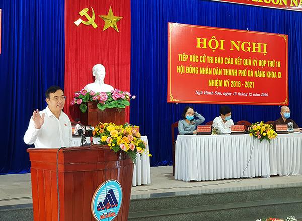 Chủ tịch UBND TP Đà Nẵng Lê Trung Chinh phát biểu tại buổi tiếp xúc cử tri quận Ngũ Hành Sơn chiều 15/12