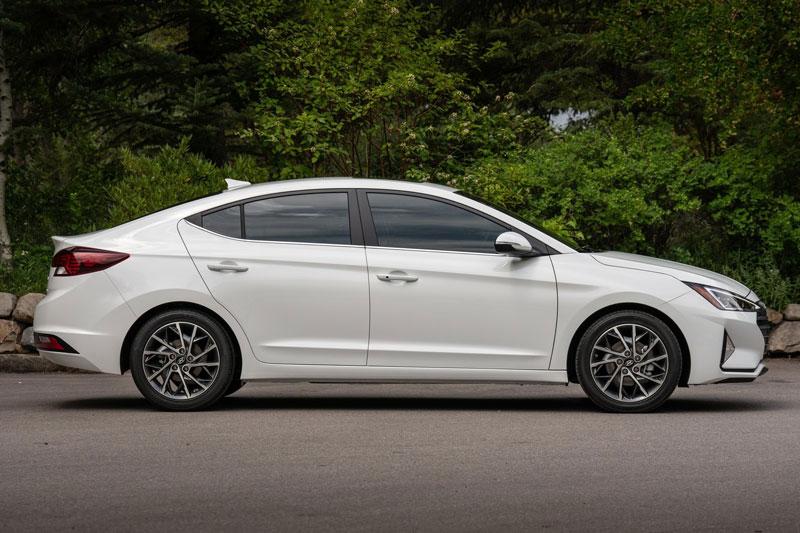 7. Hyundai Elantra 2020 (giá khởi điểm: 19.300 USD).