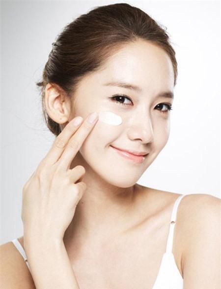 Sử dụng kem dưỡng ẩm là một trong những cách chăm sóc da khô vào mùa lạnh hiệu quả nhất