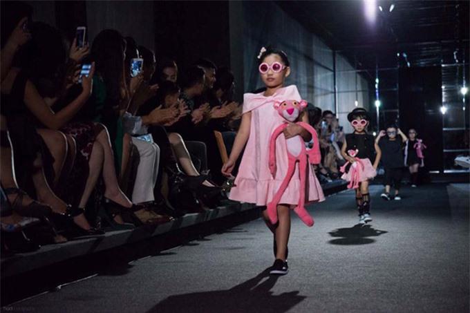Khánh Ngọc tại Vietnam Designer Fashion Week 2016. Lúc này chiều cao và ngoại hình của bé chưa chênh lệch nhiều so với bạn bè đồng trang lứa.