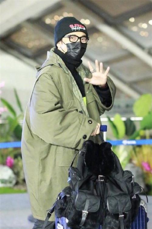Trương Đan Phong xuất hiện ở sân bay hôm 15/12, tâm trạng vui vẻ.