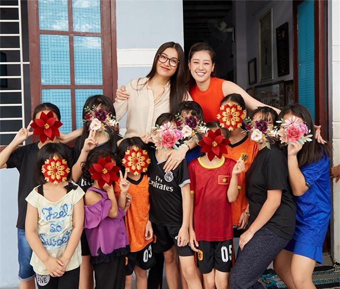 Hoa hậu Khánh Vân (áo không tay, hàng sau) cùng á hậu Lệ Hằng (đeo kính, hàng sau) trao tặng số tiền thưởng khi tham gia chương trình Tường Lửa cho tổ chức One Body Village Việt Nam để sửa sang cơ sở vật chất nơi đây.
