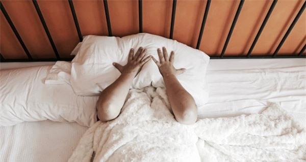 Ngủ trùm chăn dễ gây đột tử