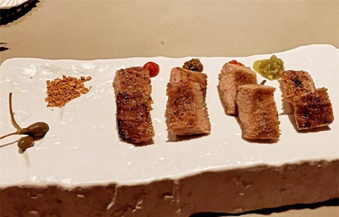 Thực đơn nhà hàng được phân thành các course gồm các món từ khai vị, món chính, tráng miệng và đồ uống. Một trong những món ăn chínhđược yêu thích nhất tại nhà hàng, được Trấn Thành order là món thịt bò wagyu A5 Nhật Bản. Thịt bò hảo hạng, mềm như tan trong miệng, nêm nếm với wasabi, muối tôm và trái thù lù (vị chua chua chát chát). Ngoài ra, món ăn còn có thể ăn kèm sốt nấm.