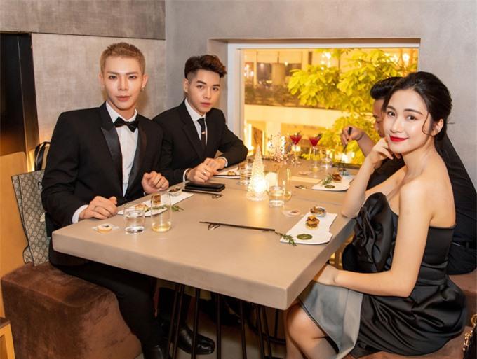 Đây cũng là địa chỉ ăn uống thường xuyên tiếp đón nghệ sĩ trong giới showbiz như gia đình hoa râm bụt Hòa Minzy - Erik - Đức Phúc, Văn Mai Hương, blogger Mai Vân Trang...