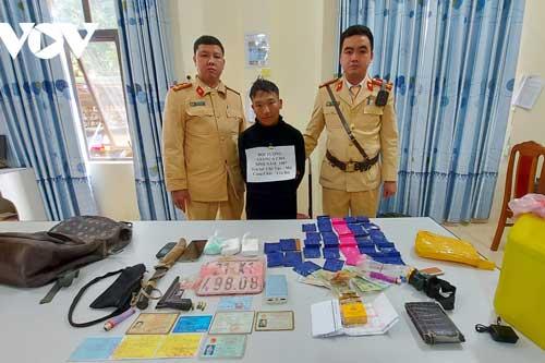 Đối tượng Giàng A Cha bị bắt giữ khi mang theo vũ khí nóng gồm súng, đạn, dao nhọn đi tiêu thụ ma túy.