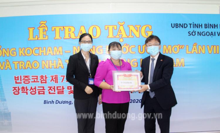 """Trao Bảng tượng trưng """"Học bổng KOCHAM - Nâng bước ước mơ"""" cho đại diện Phòng Giáo dục và Đào tạo TP.Thuận An (Ảnh: binhduong.gov.vn)."""