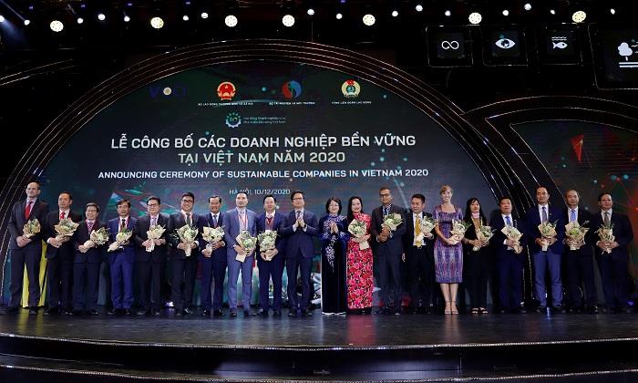 Phó Chủ Tịch Nước Đặng Thị Ngọc Thịnh trao hoa chúc mừng cho Top các Doanh nghiệp bền vững của Việt Nam năm 2020.