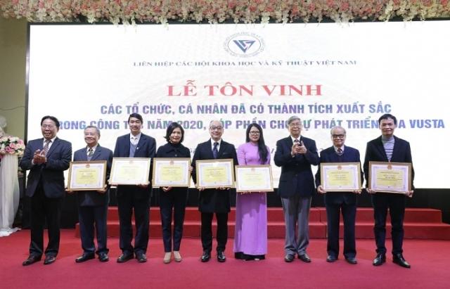 ặng bằng khen cho các cá nhân, tổ chức có thành tích xuất sắc năm 2020 đã đóng góp cho sự phát triển của VUSTA