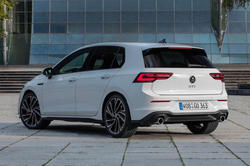 9. Volkswagen Golf GTI 2020 (giá khởi điểm: 28.595 USD, điểm tổng thể: 8.6/10).
