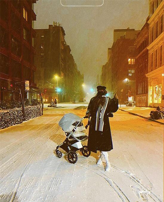 Gigi Hadid và con gái đi ngắm tuyết ở New York.