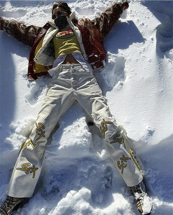 Bella Hadid nghịch tuyết sau trận bão đầu mùa.