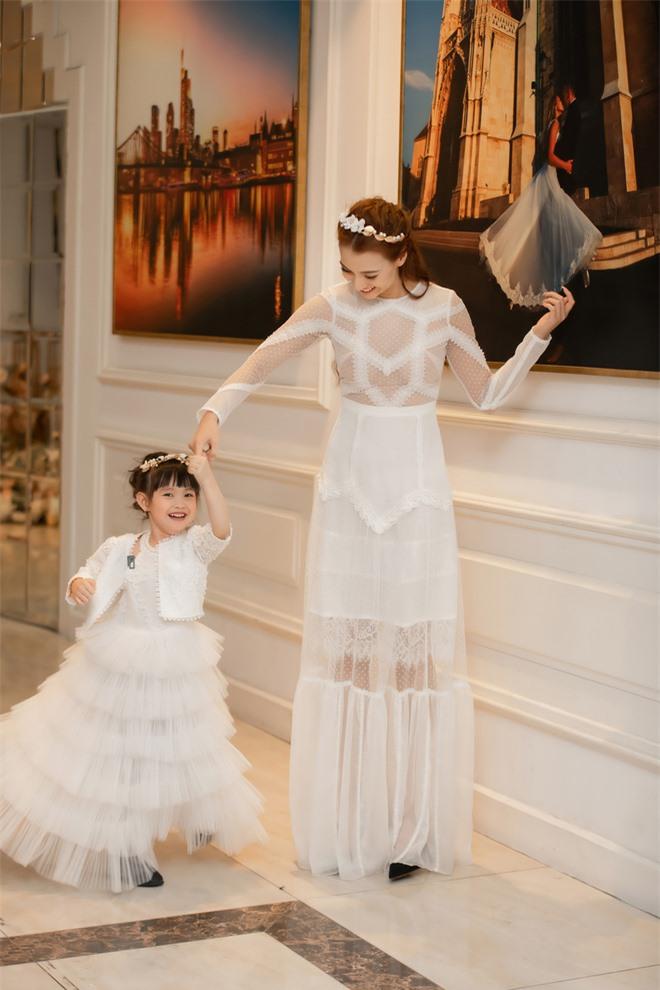 Con gái Hồng Quế hào hứng đi sự kiện cùng mẹ - Ảnh 1.