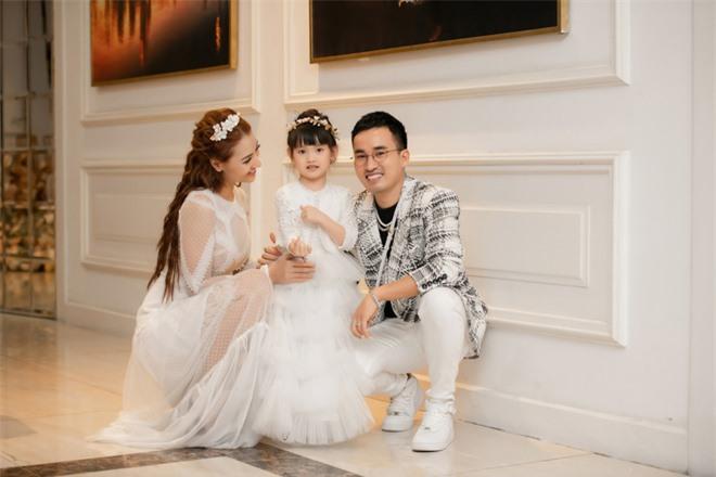 Con gái Hồng Quế hào hứng đi sự kiện cùng mẹ - Ảnh 3.
