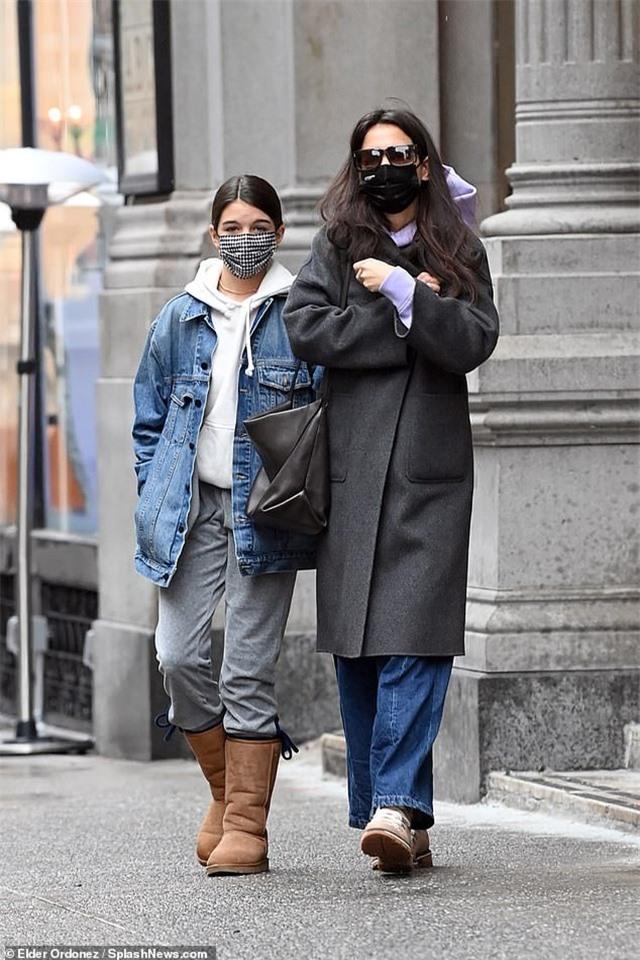 Katie Holmes cùng con gái đi sắm đồ Giáng sinh - 1