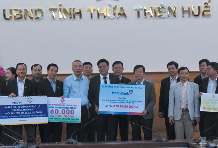 Đại diện VietinBank trao ủng hộ 420 triệu đồng cho tỉnh Thừa Thiên Huế.