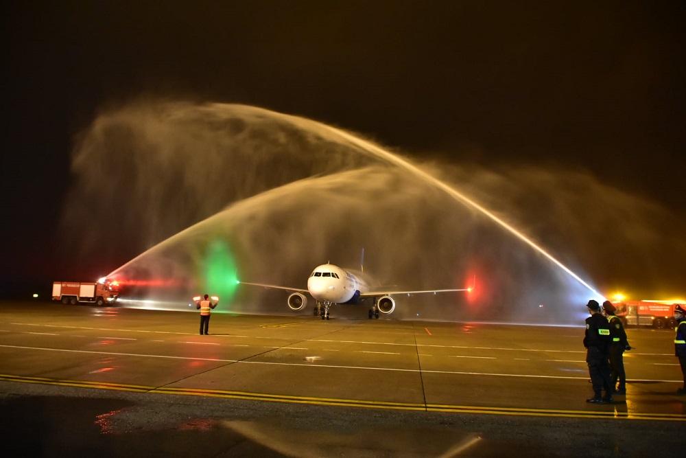 Nghi thức phun vòi rồng để chào đón máy bay Airbus A321CEO đầu tiên của Vietravel Airlines hạ cánh xuống Cảng hàng không Quốc tế Phú Bài.
