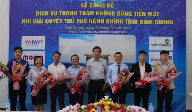 Giám đốc Sở TTTT tỉnh Bình Dương Lai Xuân Thành (thứ 4 từ phải qua) tặng hoa cho các đơn vị, doanh nghiệp.
