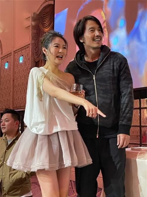 Ngôn Thừa Húc gây bất ngờ vì ngoại hình già dặn, khi xuất hiện trong bữa tiệc tối 21/12.