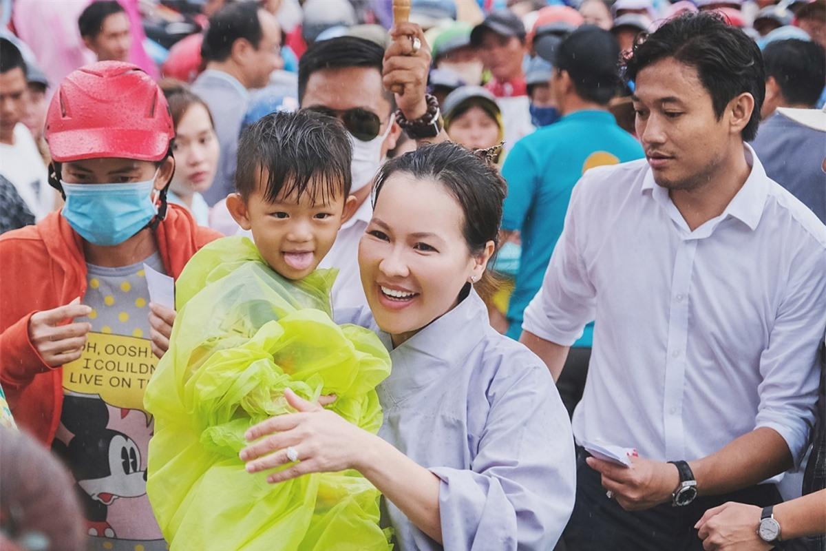 Ngọc Tiền cùng chồng thường xuyên thực hiện các hoạt động xã hội: tặng quà cho bà con khó khăn tại Phú Quốc dịp lễ Vu Lan 2020 (ảnh), gây quỹ hơn một tỷ đồng ủng hộ người dân miền Trung vượt qua thiên tai bão lũ...