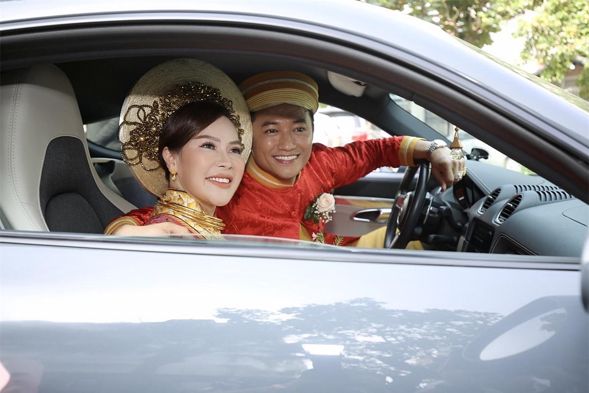 Đôi tình nhân dự tính cưới đầu năm 2020 song dich Covid-19 khiến họ hoãn nhiều lần. Đến hôm 12/12, họ mới tổ chức lễ rước dâu. Sau đó hai ngày, một tiệc cưới ấm cúng tại TP HCM diễn ra với những lời chúc phúc dành cho cô dâu chú rể.