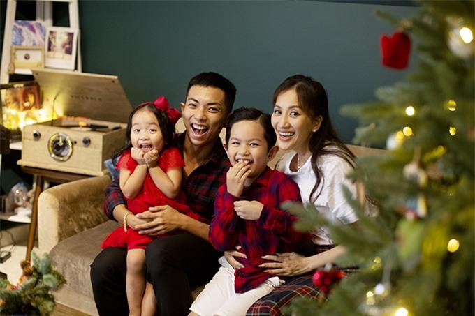 Theo Đạo Thiên Chúa nên Giáng Sinh với gia đình Khánh Thi - Phan Hiển rất đặc biệt. Mỗi năm, vợ chồng cô đều cùng các con chụp một bộ ảnh kỷ niệm. Khánh Thi cho biết bộ ảnh mới có concept y hệt năm ngoái, cô và ông xã cũng mặc lại quần áo cũ, chỉ riêng Kubi và Anna được diện đồ mới.