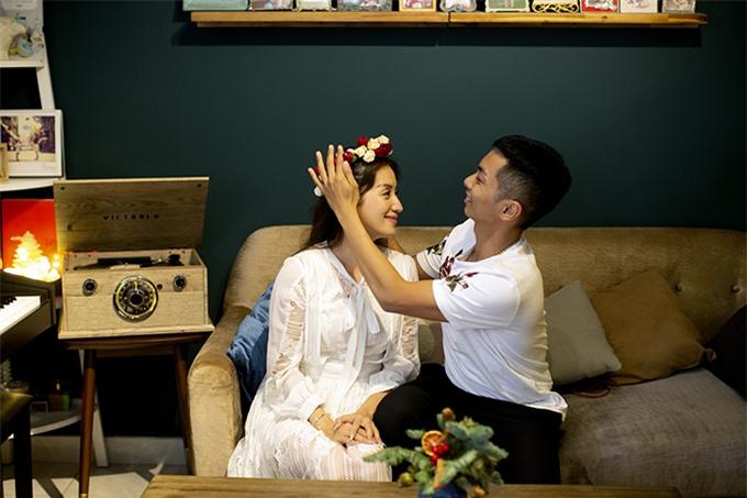 Dịp cuối năm, Khánh Thi – Phan Hiển khá bận rộn với lịch chạy show, chấm thi giải dance sport và điều hành trung tâm khiêu vũ riêng. Dẫu vậy mỗi khi trở về nhà, cả hai luôn cố gắng cùng nhau chăm sóc và dạy dỗ hai thiên thần nhỏ.