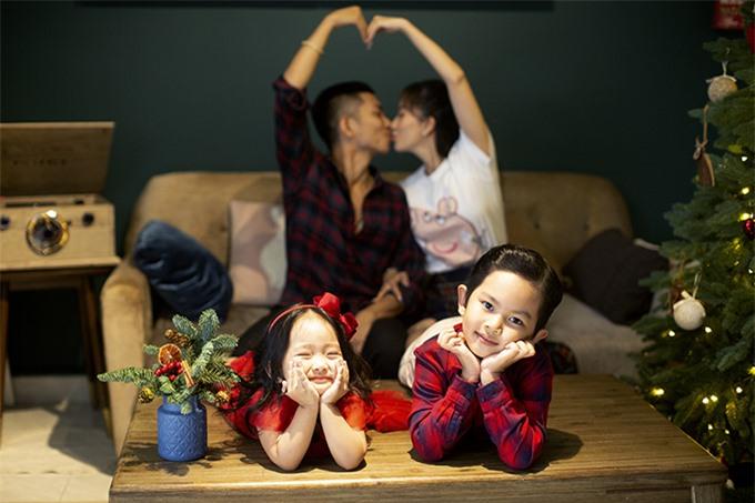 Trước sự chứng kiến của hai con, vợ chồng Khánh Thi - Phan Hiển dành cho nhau rất nhiều cử chỉ tình tứ.
