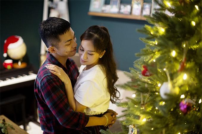 Ngược lại, Khánh Thi cũng luôn đứng sau hỗ trợ chồng phát triển sự nghiệp.
