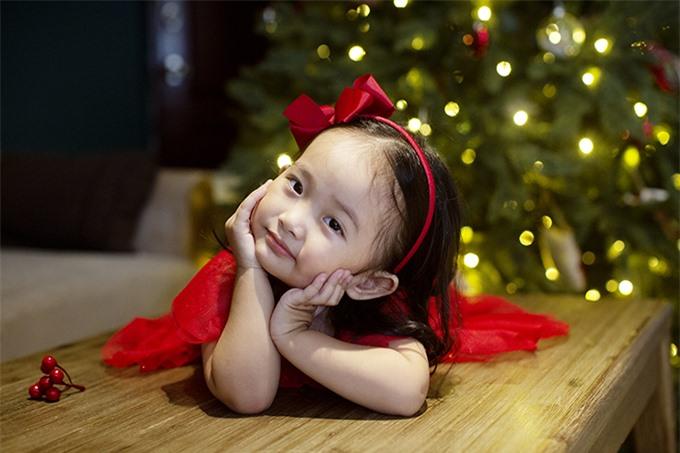 Nếu năm ngoái Anna còn nhỏ xíu, được mẹ bồng bế trong lòng thì năm nay, cô nhóc đã tung tăng chạy nhảy khắp chốn, tươi cười, vui vẻ hơn, chứ không giữ gương mặt lạnh lùng như trước. Nàng công chúa cũng biết cách phối hợp với anh trai Kubi để diễn xuất trước ống kính.