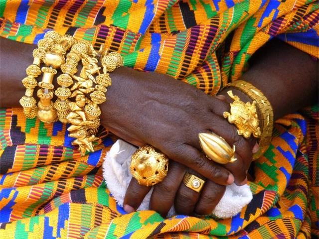 Lạ lùng bộ tộc đeo cả cân vàng trên người, đến dép lê cũng gắn... vàng ròng - 1