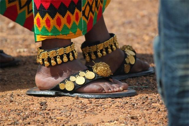 Lạ lùng bộ tộc đeo cả cân vàng trên người, đến dép lê cũng gắn... vàng ròng - 3