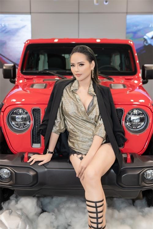 Buổi trưa, Lại Hương Thảo có mặt tại sự kiện của một thương hiệu xe ở TP HCM. Cô phối sơ mi vạt bất đối xứng cùng short jeans, boots chiến binh và khoác blazer bên ngoài.