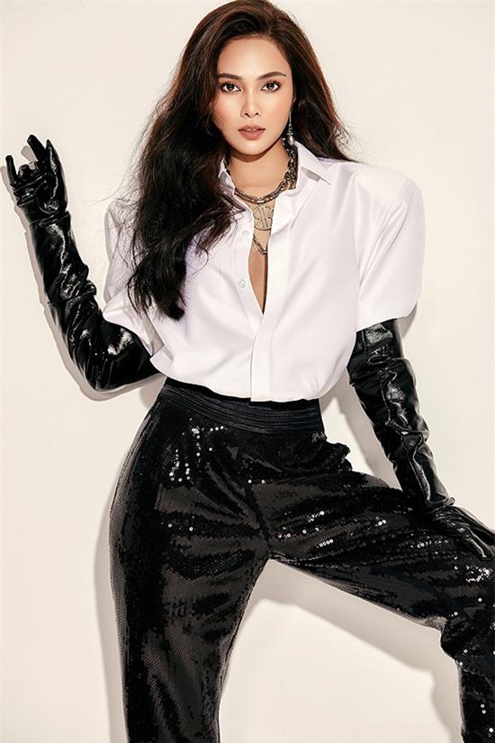 Lưu Hiền Trinh sinh năm 1991, từng giữ vai trò trưởng nhóm nhạc nữ S-Girls. Từ năm 2018, Lưu Hiền Trinh tách nhóm hoạt động solo. Cô sở trường hát nhạc EDM, nhạc dance sôi động nhưng muốn làm mới bản thân với thể loại ballad. Giọng hát của nữ ca sĩ được đánh giá nội lực, giàu cảm xúc.