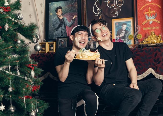 Quang Hà cười tít mắt bên ca sĩ Vũ Phương.