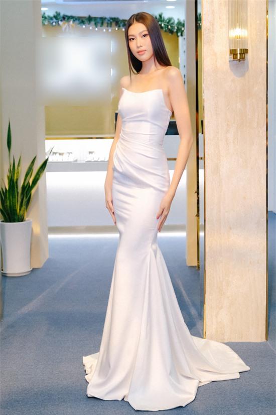 Á hậu Ngọc Thảo quyến rũ trong bộ váy dạ hội đuôi cá gam trắng.