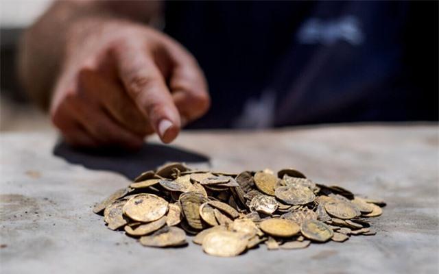 Vô tình đào được kho báu hơn 400 đồng tiền vàng từ 1.100 năm trước - 2