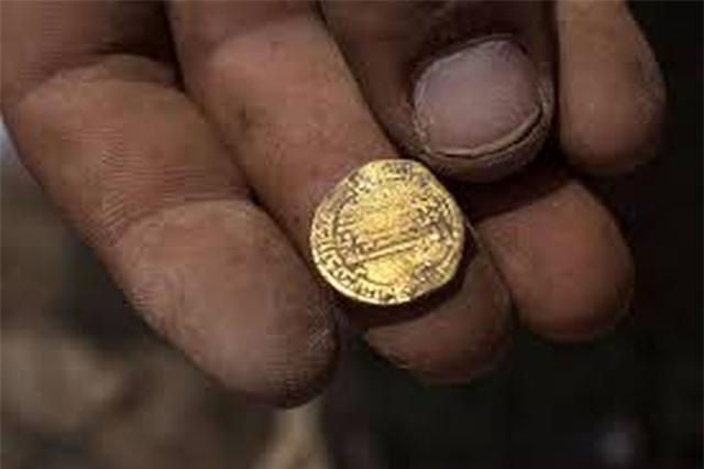Vô tình đào được kho báu hơn 400 đồng tiền vàng từ 1.100 năm trước - 3