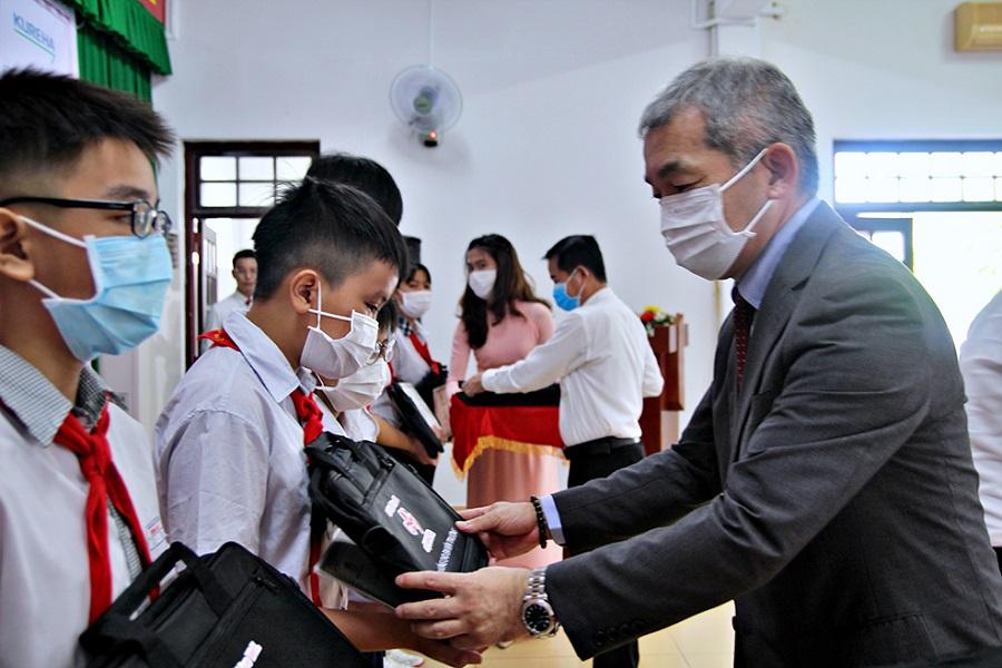 Ông Keiji Kaneko, Tổng giám đốc Công ty Ajinomoto Việt Nam trao học bổng cho các em học sinh Đồng Nai.