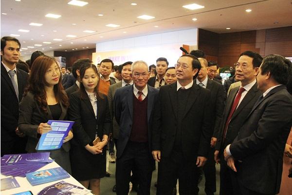 Các đại biểu tham quan Triển lãm công nghệ số trong khuôn khổ Diễn đàn Phát biểu tại