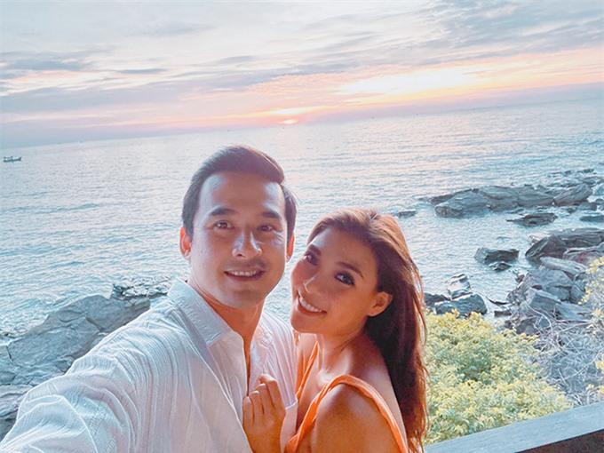 Ngoài những lúc đưa con đi chơi, vợ chồng Thúy Diễm - Lương Thế Thành cũng tranh thủ dành cho nhau những khoảnh khắc lãng mạn. Cặp đôi cùng nhìn ngắm hoàng hôn buông xuống biển Phú Quốc.
