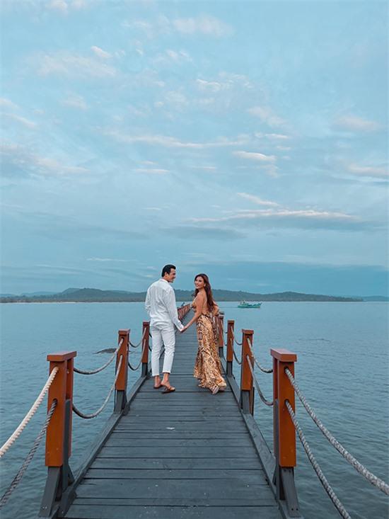 Họ tận hưởng kỳ nghỉ tại một resort 5 sao tại Phú Quốc. Những ngày qua, cặp đôi không chỉ đưa con đi vườn bách thú mà còn đi du thuyền ngắm biển và thăm thú một vài địa điểm nổi tiếng.