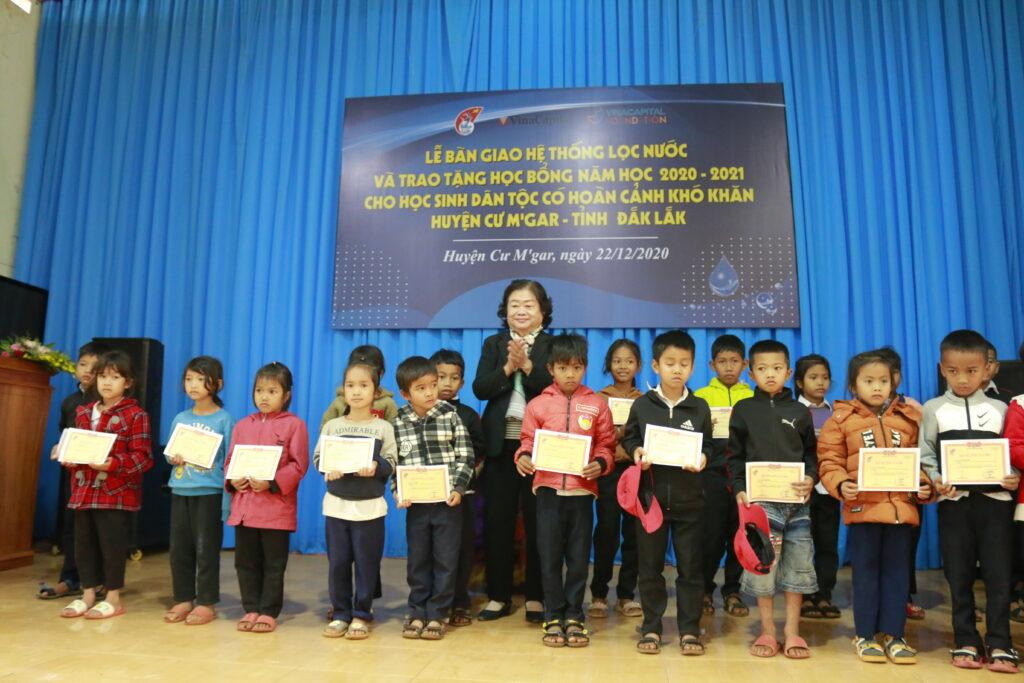 Nguyên Phó Chủ tịch nước, Chủ tịch Quỹ học bổng Vừ A Dính Trương Mỹ Hoa trao tặng học bổng cho các em học sinh dân tộc có hoàn cảnh khó khăn.