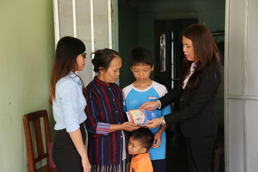Bà Nguyễn Thị Tuyết, Kế Toán trưởng Kim Oanh Contruction, thành viên Quỹ Từ thiện Kim Oanh trao hỗ trợ và chúc cô Bình cùng cháu Công nhiều sức khỏe vượt qua những nghịch cảnh trong cuộc sống.