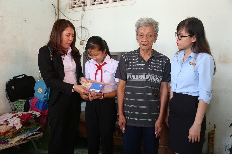 Những phần hỗ trợ của Quỹ Từ thiện Kim Oanh cũng như các nhà hảo tâm sẽ tiếp thêm nghị lực cho gia đình em Trang vươn lên trong cuộc sống.