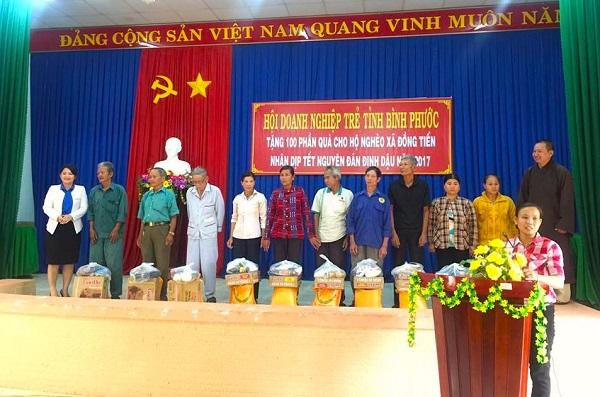 100 phần quà đã được Hội DNT tỉnh Bình Phước trao tận tay các hộ gia đình khó khăn.