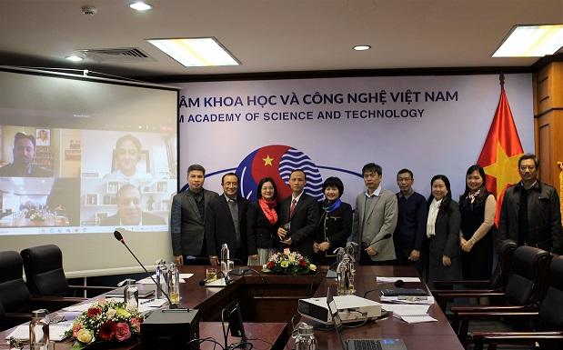 Các nhà khoa học của Viện Hàn lâm KH-CN Việt Nam tại lễ trao giải trực tuyến.