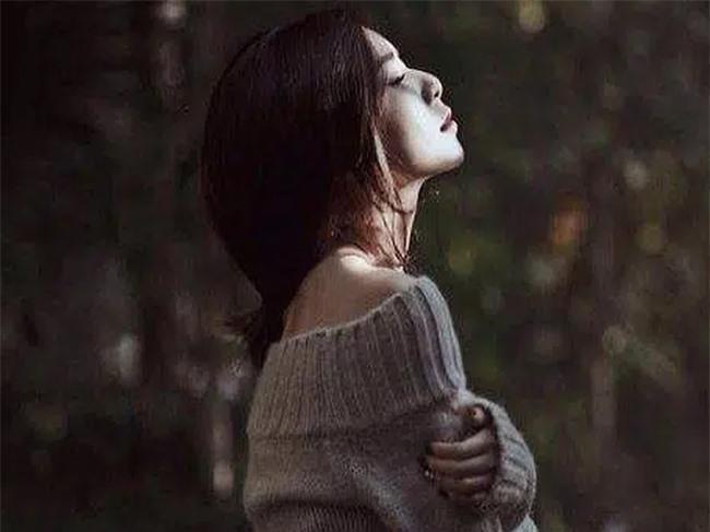 Nhìn người đàn bà nghèo khổ đang bán vé số, tôi lặng người vì quá sốc rồi vội vã chạy đến ôm chầm lấy chị - Ảnh 1.