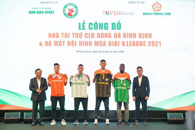 CLB bóng đá Topenland Bình Định ra mắt áo thi đấu mới.