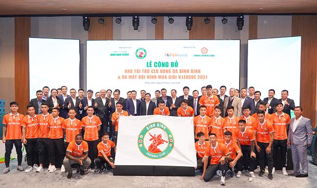 CLB Bóng đá Topenland Bình Định chụp hình lưu niệm cùng các nhà tài trợ và lãnh đạo các cơ quan, ban, ngành tỉnh Bình Định.